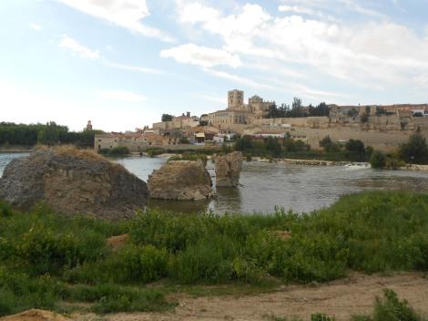 En primer plano se puede admirar el antiguo puente de la Ciudad de Zamora, del que se narra una bonita historia.