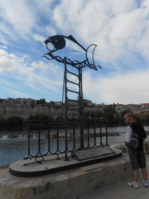 Escultura de hierro que conmemora la leyenda de San Atilano.