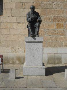 Estatua situada en las puertas de la biblioteca municipal de Zamora.
