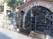 Antigua bodega, y por la cantidad de artículos de forja parece un museo.