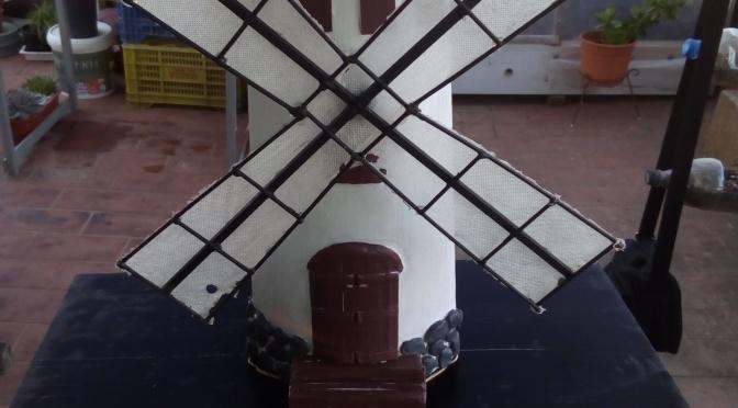 Teja decorada con diseño de un molino de viento